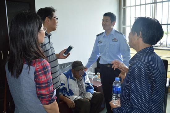 民警李明帮助韩先生找回家人。