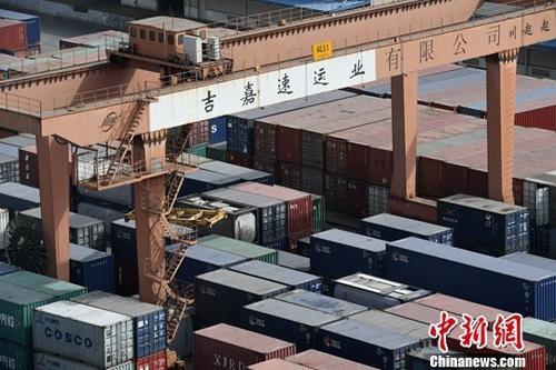 图为成都国际铁路港一排排载满即将出口货物的集装箱。(资料图)中新社记者 张浪 摄