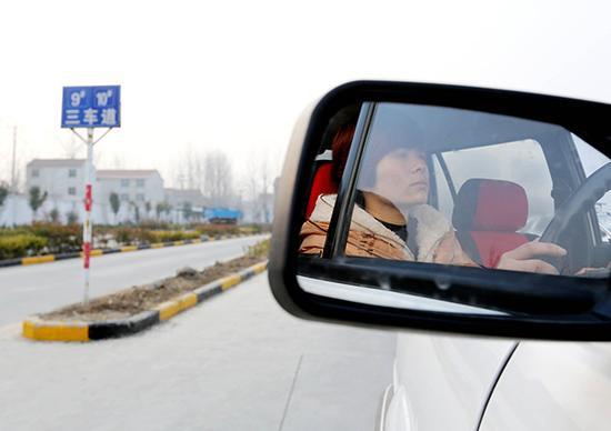学员进行驾考科目二场地考试。视觉中国 资料图