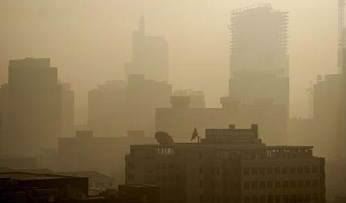 资料图片:这是雾霾笼罩的北京东三环地区 新华社记者李欣摄