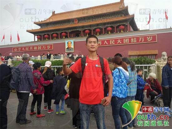 司平云抵达北京在天安门前合影。