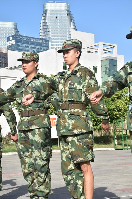 孔文(左二)膝盖不慎摔伤后仍坚持参加队列训练