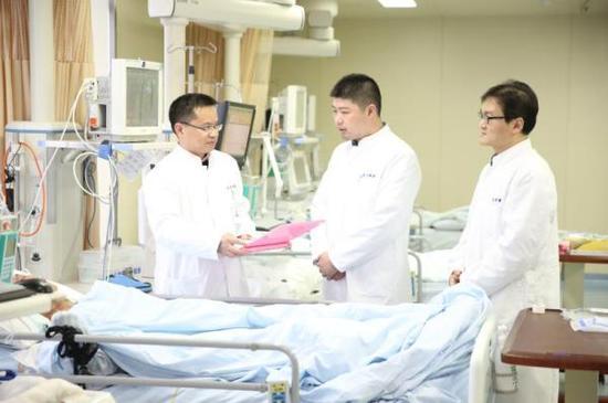 上海东方医院的神经外科专家正在查房。 东方医院供图
