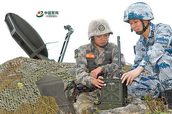 演习前,石鉴豪和空军战士一起研讨问题。