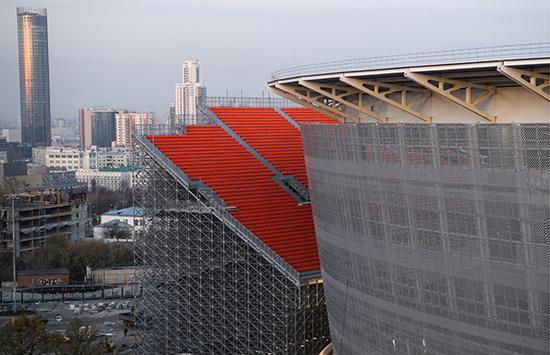"""叶卡捷琳堡中央体育场搭建的""""场外看台""""。东方IC 图"""