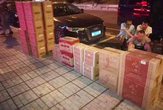 株洲警方查获的品牌假酒和抓获的犯罪嫌疑人。法制晚报 图