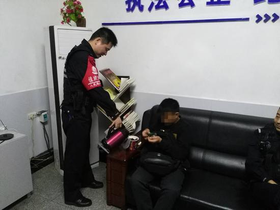 民警给雨夜离家出走被困火车站的男孩泡泡面充饥。