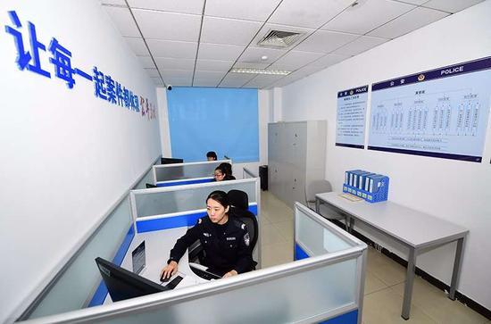 朝阳公安分局小红门派出所案管组民警正在工作市公安局供图