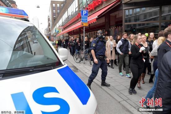 资料图:瑞典警方当地时间4月7日称,一辆卡车当天冲入首都斯德哥尔摩市中心人群,造成人员受伤。据称,有5人在这起事件中丧生。
