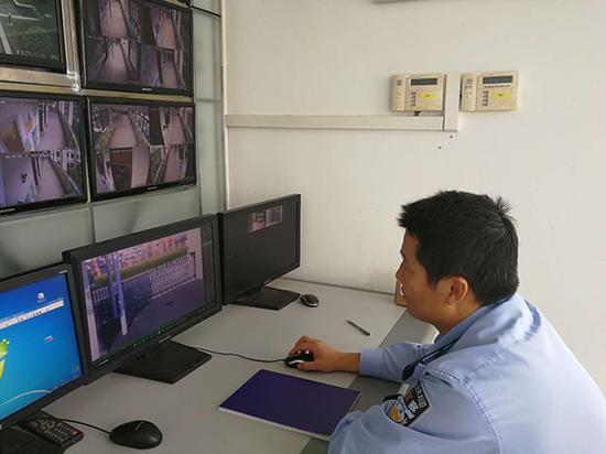 民警正在查看监控。 本文图均为 浦东公安 供图