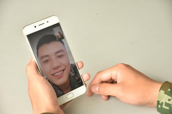 孔文利用国庆假期和好友龙家志(屏幕中)进行视频通话,向他讲述新兵连的生活