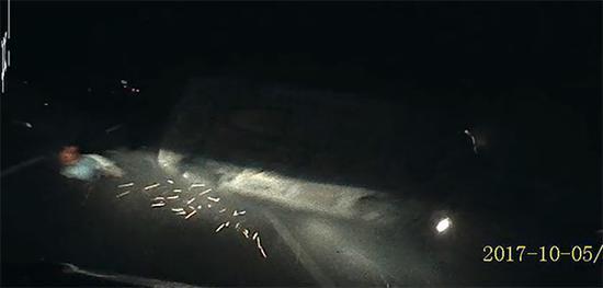 行车记录仪记录下的腾空飞起的车