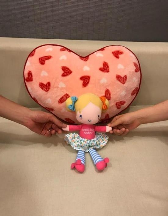 夫妻俩秀出甜蜜玩偶。