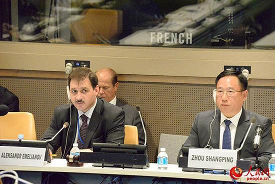 中方代表、中央军委联合参谋部作战局副局长周尚平和俄国防部长代表叶里梅亚诺夫。人民网 图