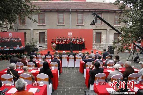 齐鲁医学老校友返校运动14日在山东大学齐鲁医学院景蓝斋庭院内举行。 沙见龙 摄