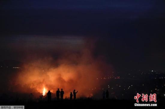 为应对各地不断扩散的火情,加州北部进入紧急状态的县增至7个。