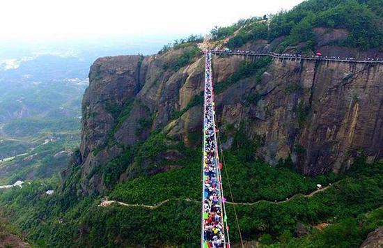 湖南平江县石牛寨旅游区的全透明高空玻璃桥。