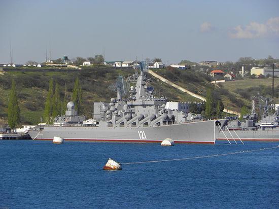 """""""莫斯科""""号导弹巡洋舰是俄罗斯黑海舰队的旗舰。"""