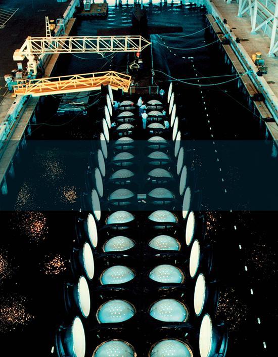 """导弹发射筒上盖全部打开的""""俄亥俄""""级潜艇,一次齐射将一个中等国家从地球上抹去也不成问题。"""