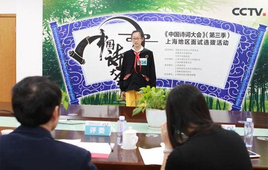 10月14日,《中国诗词大会》(第三季)上海地区参会选手面试选拔现场。 谈乐达 图