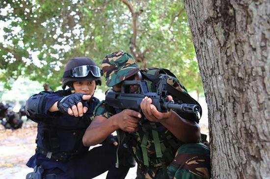编队特战队员指导坦桑尼亚陆战队员训练