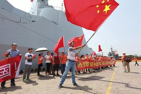 会见编队抵达孟加拉,当地华人华侨到码头热烈接待