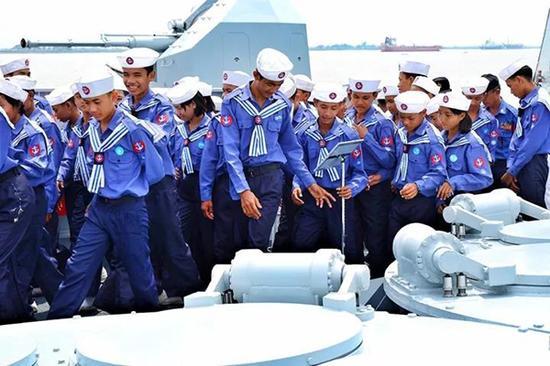 缅甸学生观光长春舰