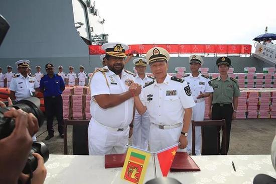 编队指挥员沈浩、斯里兰卡水师司令维杰古纳拉特中将在我编队捐赠物资清单上签字后亲热握手