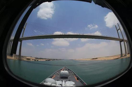 编队通过苏伊士运河