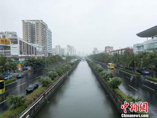 """今年第20号台风""""卡努""""15日上午开始影响海口,目前海口出现阵性降水。 凌楠 摄"""