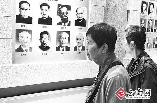 参观西南联大博物馆时,陈流求、陈美延陷入回忆