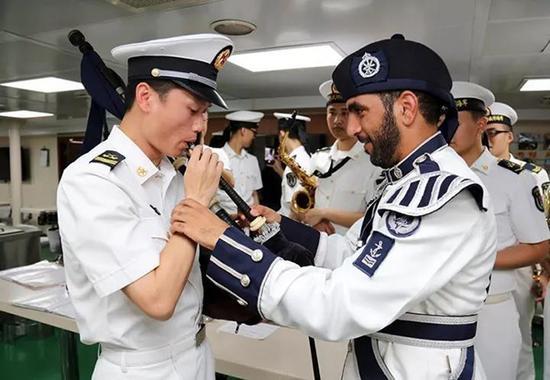 阿曼水师军乐队登舰观光并与长春舰战士军乐队举行专业交流