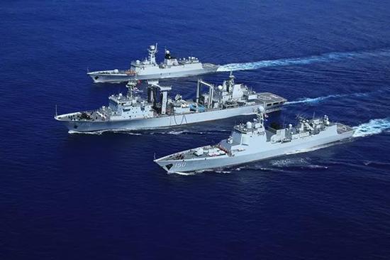 编队三舰驰骋在深蓝的航道上