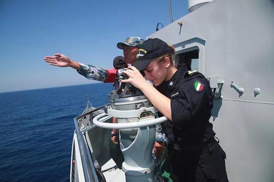 意大利视察员在长春舰观摩演练