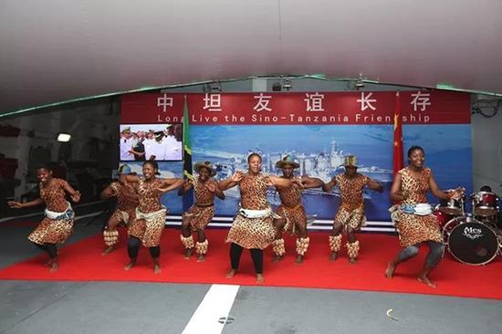 坦桑尼亚军队文工团在我甲板招待会上演出民族舞蹈