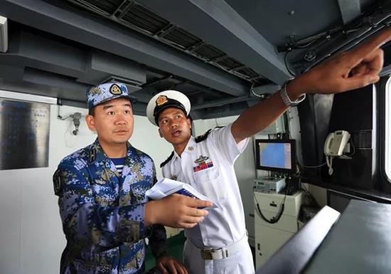 中缅双方军官在交流训练海区状态