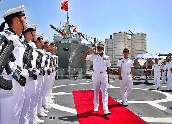 巴基斯坦水师顾问长扎考拉上将校阅编队仪仗队