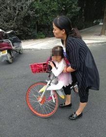 10日下午,潇湘大道爱民路口,孩子左脚不慎卡入单车前轮。 警方供图