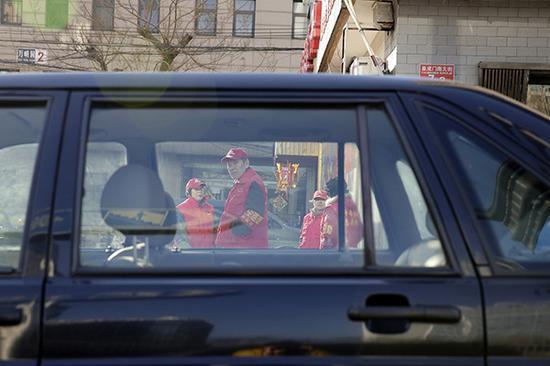 北京街头的治安志愿者。视觉中国 资料