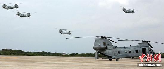 资料图:美国驻日本冲绳普天间空军基地的海军陆战队派遣重型直升机前往地震灾区救援。