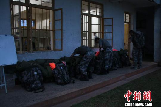 官兵正在装载物资。 徐伟文 摄