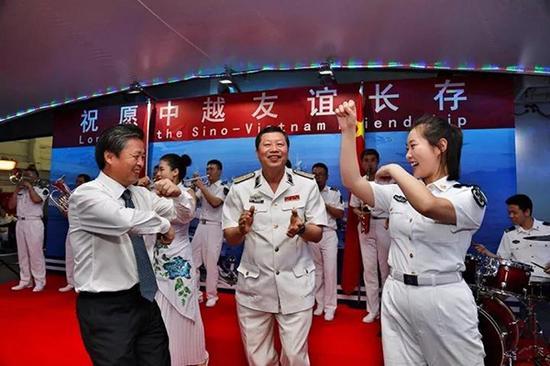 甲板招待会上,水兵与越南水师向导联欢