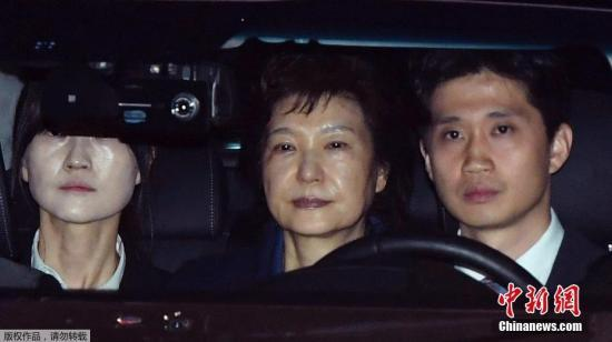 资料图:当地时间3月31日,韩国法院决定,批准拘捕前总统朴槿惠。朴槿惠由此成为韩国1997年建立逮捕必要性审查制度以来,首位受审、并被批捕的前总统。