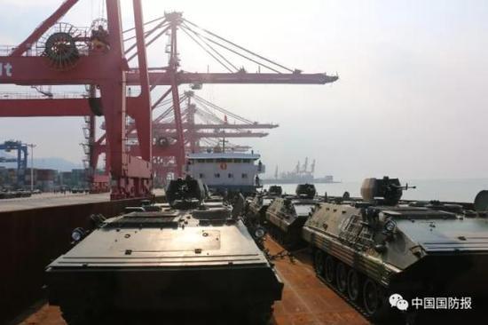 连云港口岸滚装码头装载重型武器装备。