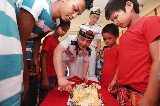 编队官兵为缅甸孤儿院的小朋侪们过生日