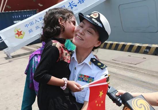 chin在码头见到盛睿方,兴奋地亲吻她,并称她为中国妈妈