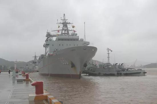 编队舰艇徐徐靠上码头