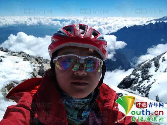 邓双优登上海拔5396米的哈巴主峰后自拍。