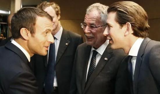 法国总统马克龙(左一)与库尔茨(右一)
