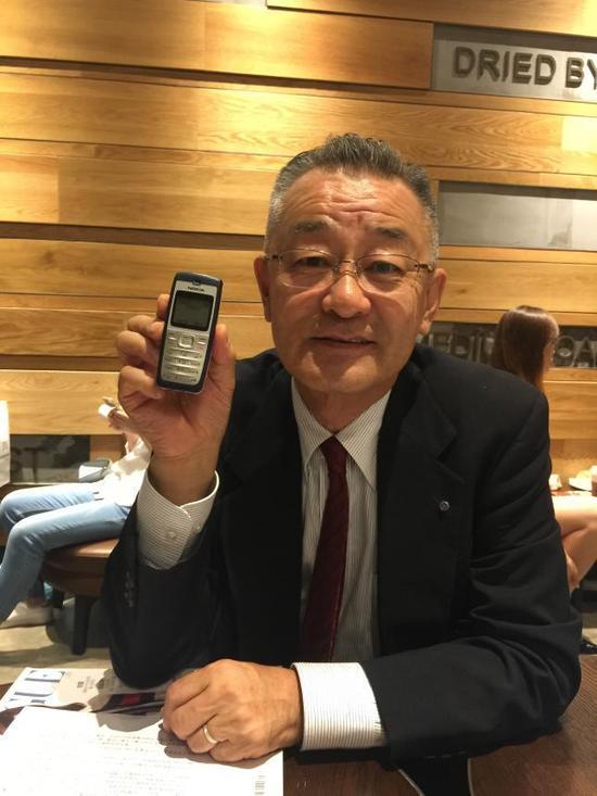 ▲佐藤先生展示每次到访中国所用的专用手机
